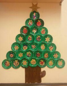 Weihnachtsgruppenbaum mit Kugeln und Sternen aus gerissener Goldfolie auf Papptellern