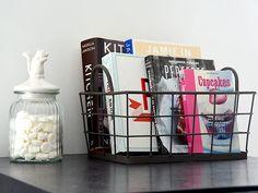 Organiseer je keuken - My Simply Special // supergoed idee dit, kookboeken in een mandje! Op de rand misschien? :)