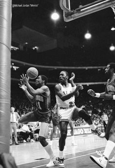 The Pistons' Isiah Thomas and the GOAT scramble for a loose ball in Chicago. Bulls Basketball, Basketball Legends, Chicago Bulls, Michael Jordan Photos, Isaiah Thomas, Jordan 23, Detroit Pistons, Air Jordans, The Past