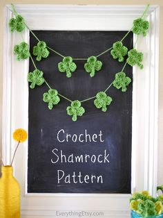 Need a quick St. Learn how to crochet a shamrock with this free pattern and video! I love, love, love these little shamrocks! Crochet Bunting, Crochet Garland, Crochet Motif, Crochet Flowers, Crochet Stitches, Crochet Patterns, Holiday Crochet, Crochet Home, Diy Crochet