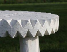 Pall med karvsnitt - Pall dekorerad med karvsnitt och sågad kant.