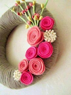yarn wreath -- pink rose Killin me with these gorgeous colors! Gray yarn wreath pink rose 8 by polkadotafternoon on EtsyKillin me with these gorgeous colors! Gray yarn wreath pink rose 8 by polkadotafternoon on Etsy Straw Wreath, Felt Wreath, Wreath Crafts, Diy Wreath, Yarn Wreaths, Felt Flowers, Fabric Flowers, Paper Flowers, Flower Colors