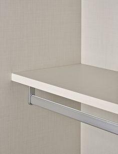 Planejados Prateleira recuada sob o cabideiro. Maior ergonomia para o projeto, com melhor acesso e usabilidade do cabideiro. Amplia o aproveitamento interno do armário.