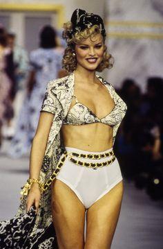 Chanel Spring 1993 Ready-to-Wear Fashion Show Collection: See the complete Chanel Spring 1993 Ready-to-Wear collection. Look 72 Chanel Fashion, Vogue Fashion, 90s Fashion, Retro Fashion, Runway Fashion, Fashion Models, Fashion Show, Vintage Fashion, Fashion Looks