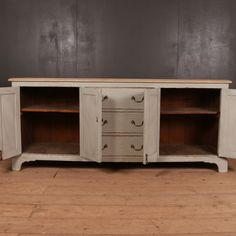 Very good early C English country house dresser base. Antique Pine Furniture, Antique Dressers, Painting Antique Furniture, Painted Furniture, Pine Dresser, French Dresser, Selling Antiques, Base, English