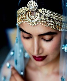 Chunky mathapatti with borla attached I love her head jewelry. Perfect for bridal look Desi Wedding, Wedding Day, Wedding Blog, Wedding Website, Wedding Season, Destination Wedding, Wedding Rings, Indian Wedding Jewelry, Indian Head Jewelry