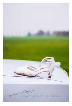 Put on your Weddingshoes…. Op een zeer koude dag gingen ze trouwen Astrid en Claus. Onderweg de laarzen aan en de mooie satijnen trouwschoentjes uit. Even op de achterklep voor een mooie shot!