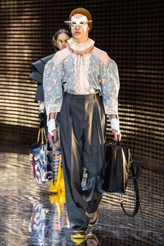Gucci Fall 2019 Ready-to-Wear Fashion Show - Vogue Vogue Fashion, Runway Fashion, Mens Fashion, Fashion Trends, Gucci Fall 2014, Milan Fashion Weeks, Fashion Show Collection, Vogue Paris, Mannequins