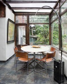 Home of art director Mary Erlingsen. Véranda étonnate. Six chaises provenant du Travail Français, table knoll achetée chez XXO. Lampe ARCOS.