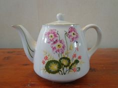 White w/ Floral Design Tea Pot Teapot Green Trim w/ Lid Reto Flower