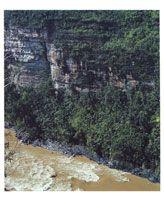 En el corredor de los ríos Duda y Guayabero, son frecuentes los etrechos cañones de paredes escarpadas.