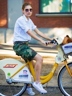 Camo shorts + white shirt + white All Star + bike