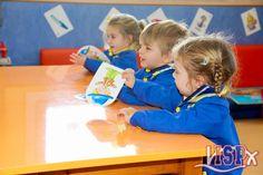 El grupo de P2 #babygardenelpeixet trabaja en las clases de inglés con la Press Out, tarjetas con imágenes que se utilizan para repasar el vocabulario de cada unidad. Depués cada alumno se las lleva a casa para enseñárselas a los papás, muy satisfechos de lo aprendido. #ingles