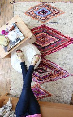 deco boheme chic avec une caisse en bois table et un tapis aux figures geometriques colorees