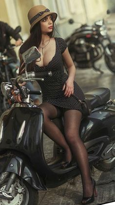 Perfect Cleavage Scooter Girl (by David Dubnitskiy) Scooter Girl, Retro Scooter, Vespa Girl, Retro Roller, David Dubnitskiy, Motard Sexy, Poses References, Elegantes Outfit, Biker Girl
