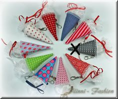 ♥ Schultüte ♥♥ Mini Schultüte ♥♥ Schultüte ♥    Die Minischultüte mit dem praktischen Minikarabiner lässt sich vielseitig einsetzen:    Gefüllt mit ei