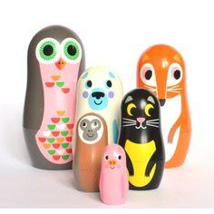 Matroesjka dieren *** De prachtig ontworpen matroesjka popjes van Zweedse illustratrice Ingela P. Arrhenius zijn een lust voor het oog, zelfs voor de grote mensen! Retro, design en must-have zijn de 3 kernwoorden van dit leuke speeltje!