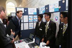 Dr Christian Jessen com os criadores da ideia do (S.T.EYE), Muaz Nawaz 13 anos, Daanyaal Ali 14 anos e Chirag Shah 14 anos.