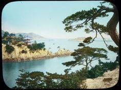 Diapositiva in vetro colorata a mano tratta da una fotografia attribuita a Kusakabe Kimbei. Yokohama, 1890-1910 circa.  Veduta dell'isola Benten nel Mare Interno - © 2014 Città di Lugano, Museo delle Culture, Collezione Perino