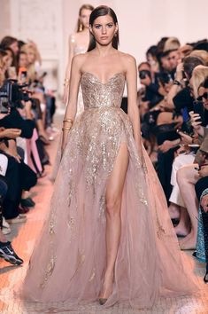 Find tips and tricks, amazing ideas for Elie saab. Discover and try out new things about Elie saab site Elie Saab Couture, Fashion Mode, Look Fashion, Trendy Fashion, Fall Fashion, Dress Fashion, Paris Fashion, Bridal Fashion, Fall 2018 Fashion