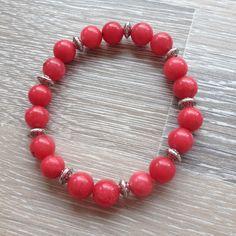 Armband van 8mm rood jade met metalen sierkralen. Van JuudsBoetiek, €6,50. Te bestellen op www.juudsboetiek.nl.