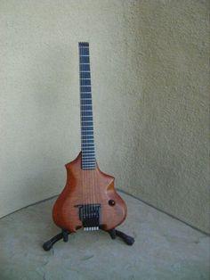 Une headless Canton custom réalisé par Allan Holdsworth. Retrouvez des cours de guitare d'un nouveau genre sur MyMusicTeacher.fr