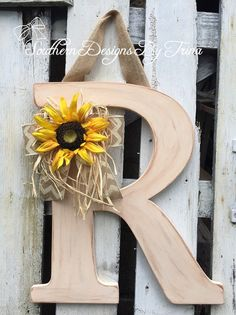 Sunflower Room, Sunflower Wreaths, Painted Wood Letters, Chalkboard Wall Bedroom, Wood Crafts, Diy Crafts, Unique Vintage, Vintage Style, Initial Wall