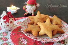 Stelle farcite al salmone - Un semplice e buonissimo antipasto Antipasto, Xmas Food, Gnocchi, Biscotti, Fett, Fish Recipes, Finger Foods, Gingerbread Cookies, Christmas Time
