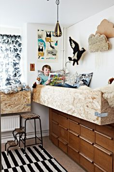 I want to try this in my daughter's room. Maybe with ladder and play stuff underneath, like dolly houses etc. She plays on the floor alot. Chipboard Interior, Deco Kids, Cool Kids Rooms, Baby Decor, Kids Decor, Kid Beds, Bunk Beds, Cool Beds, Kid Spaces