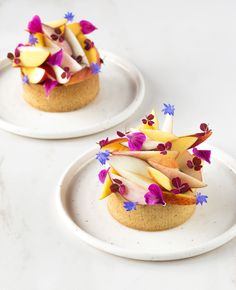 Peach, chamomile and white chocolate tartlets - In Love With Cake Chocolate Cacao, White Chocolate, Chocolate Chips, Raw Almonds, Fancy Desserts, Vanilla Flavoring, Plated Desserts, Food Plating, Tray Bakes