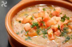 Ful Medades, un plato típico de la gastronomía de Egipto Cilantro, Falafel, Cheeseburger Chowder, Cantaloupe, Soup, Canning, Fruit, Middle East, Gastronomia