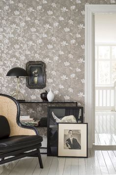 Simply stunning Lilly Tree wallpaper design by Boråstapeter. #floralwallpaper #floralwallpaperbedroom