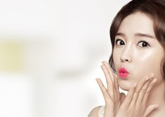 """Znacie powiedzenie """"a facial massage a day keeps the plastic surgeon away!""""? ;) Dla Koreanek zdrowa, gładka skóra i kształtny owal twarzy jest jednym z podstawowych wyznaczników piękna. Nic więc dziwnego, że skrupulatnie wykonują one codzienny wieloetapowy rytuał pielęgnacyjny, aby jak najdłużej utrzymać skórę w doskonałej kondycji. Jednak nakładanie kosmetyków w odpowiedniej kolejności to tylko połowa sekretu pięknej skóry. Dopełnieniem codziennej pielęgnacji jest regularna stymulacja…"""