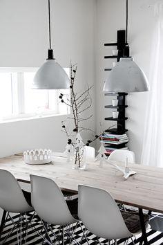 Helt Enkelt: Kontraster i köket.... eames chairs, wood dining table, copenhagen lamp
