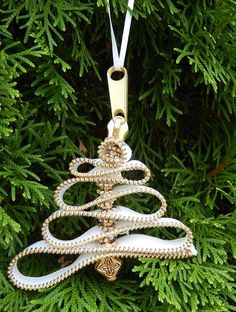 Beautiful Christmas tree ornaments made from zippers, http://hative.com/cool-zipper-crafts/