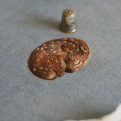 子鹿やウサギなど、小さい動物達を繊細に表現したメルヘンチックな刺繍作品