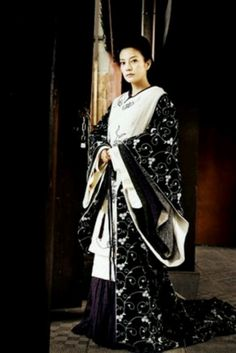 So I just watched Painted Skin the other day and I'm so in love with this costume. It's kinda look like kimono but it has many layers of sleeves