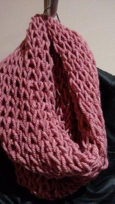 Primero nos preparamos la lana. Es acondejable lana gordita para agujas del 7-8. Yo suelo utilizar mucho para esta clase de bufanda... Loom Knitting Patterns, Knitting Stitches, Baby Knitting, Crochet Patterns, Double Crochet, Easy Crochet, Knit Crochet, Knitted Slippers, Cowl Scarf