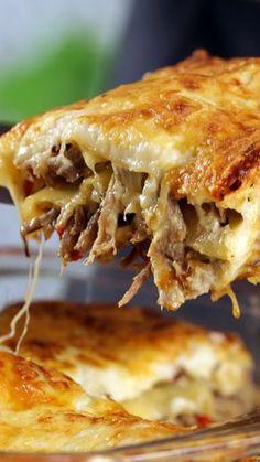 Lasagna de carne mechada. Receta con instrucciones en video: undefined Ingredientes: 1/2 kg. de peceto, 2 morrones rojos, 2 cebollas, 4 dientes de ajo, Pasta para lasaña, Salsa blanca, Queso rallado