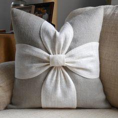 Cubierta de la almohadilla de arpillera arco en gris y de