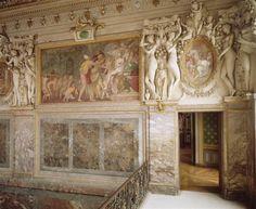 """Chambre de Madame d'Etampes (Ftbleau), convertie en escalier sous Louis XV.- En 1540, Charles de Ste Marthe dédie à la duchesse d'Etampes sa Poésie Francoise. Le rôle éminent des femmes à la cour déclenche sans doute la Querelle des Amyes"""". L'année suivante, à la disgrâce d'Anne de Montmorency, François I° installe sa maîtresse dans le logis du connétable, à Fontainebleau, comme signe de son autorité, et elle l'aide à dominer les factions inhérentes à une cour de roi vieillissant."""