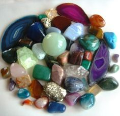 Crystal and gemstone healing powers have been debated by many scientists for years and years. Some do not believe in the healing properties of gemstones and crystals, while others back it completel… Minerals And Gemstones, Rocks And Minerals, Healing Stones, Crystal Healing, Chakra Healing, Quartz Crystal, Gemstone Properties, Rocks And Gems, Macrame Bracelets