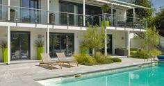 Vom Untergeschoß hat man direkten Zugang zum prächtigen Pool. Auf den großzügigen Terrassen und Balkonen genießt man Wellnessfeeling pur. - Luxuriöses Fertighaus Bond Baufritz