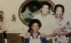 Michael with the owner of Orlando hair salon and his son | Curiosities and Facts about Michael Jackson ღ by ⊰@carlamartinsmj⊱
