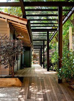 Reforma da área de lazer investe em cobertura metálica e teto de vidro - Casa:
