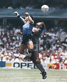 """Maradona, sobre el gol a los ingleses: """"A veces lo pienso y me parece un sueño"""" Diego recordó el histórico tanto en el Mundial 1986 del que hoy se cumplen 33 años. Football Images, Football Pictures, Football Cards, Good Soccer Players, Football Players, Maradona Tattoo, Salah Liverpool, England Players, Diego Armando"""