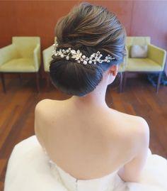 清楚系花嫁ヘア♡バックカチューシャのブライダルヘア特集   marry[マリー] Bridal Makeup, Bridal Hair, Neutral Eyes, Headpiece, Wedding Hairstyles, Hair Accessories, Bride, Wedding Dresses, Hair Styles