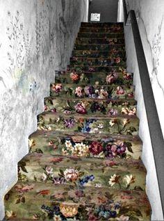 Magnificent roses.  Un chemin semé d'embûches mais un escalier couvert de roses, bien mieux qu'un enfer pavé de bonnes intentions...