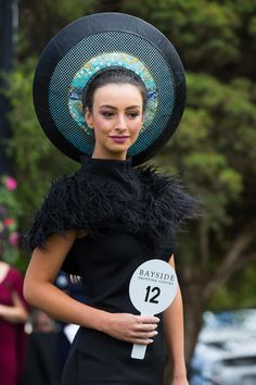 Fashions on the Field at Mornington 2016 (Fashion on the Australian Racecourse) Race Day Hats, Races Style, Ky Derby, Races Fashion, Wearing A Hat, Hats For Women, Couture Fashion, Vintage Black, Dress Making