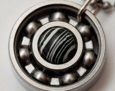 Équipe Zebra Roller Derby Skate portant le collier pendentif